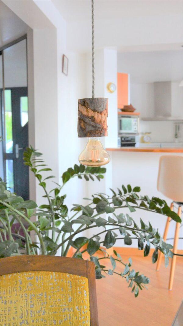 lampe à suspendre de créateur fabriquée dans les côtes d'armor 22 rondin bucheron bois brut décoration chalet hivers sciage